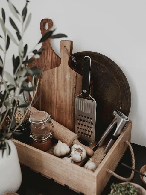 Nahaufnahme Holzbox mit Küchenutensilien
