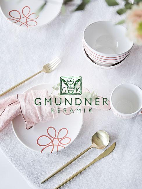 Gmundner Porzellan Geschirr auf einem gedeckten Tisch mit weißer Tischdecke