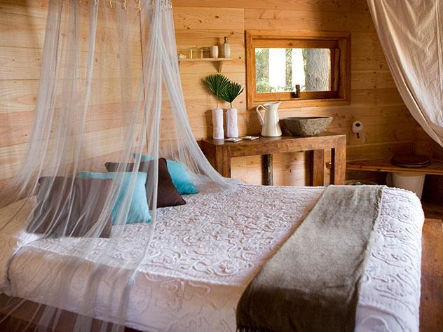 En su interior encontramos muebles con acento rústico y una gran terraza donde pasar una romántica tarde en pareja