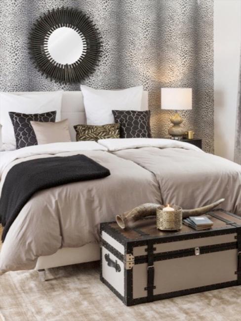 Afrika Style Schlafzimmer mit beigem Bett und Tapete in Leopardenprint