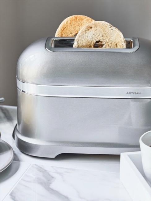 Toaster in Silber mit Bageln auf Marmorküchenfläche