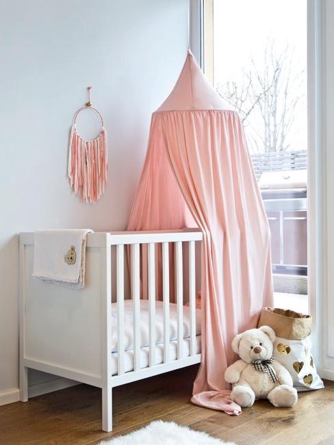 Rosa Babyzimmer mit Babybett
