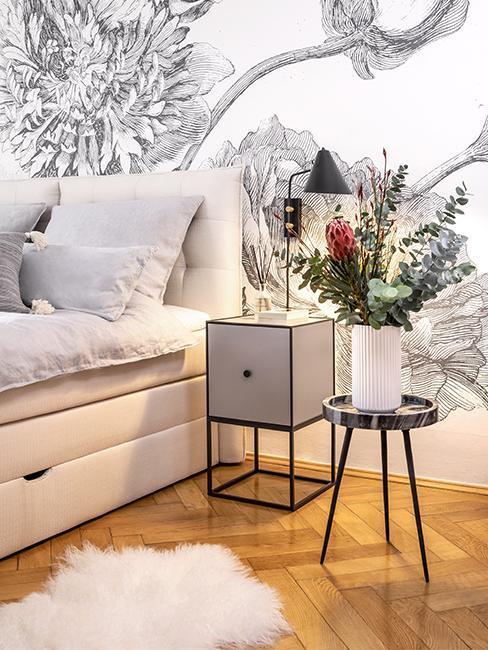 Nahaufnahme Schlafzimmer mit modernem Skandi Nachttisch in grau von Susanne Heßlenberg