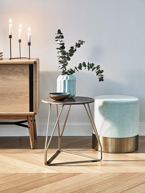 Suszony Eukalyptus w turkusowej wazie, postawiony na stoliku kawowym w salonie o turkusowych dekoracjach