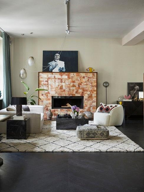 Wohnzimmer im maximalistischen Stil mit kunterbuntem Design
