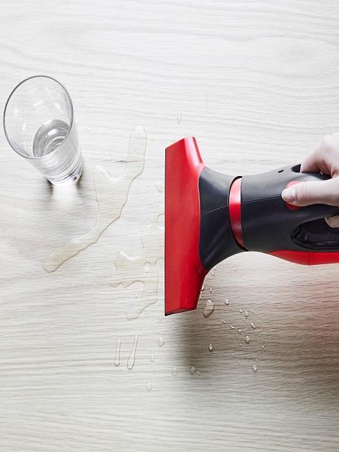 Wassersauger im Einsatz auf einem Holztisch