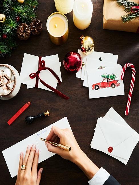 Holztisch mit Weihnachtskarten