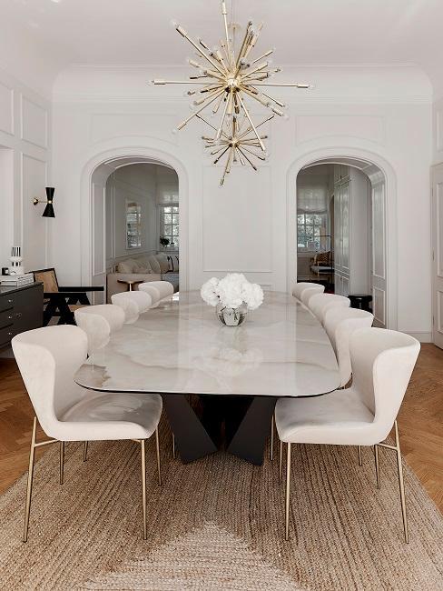 Heritage Style Esszimmer mit weißen Stühlen und goldener Pendelleuchte