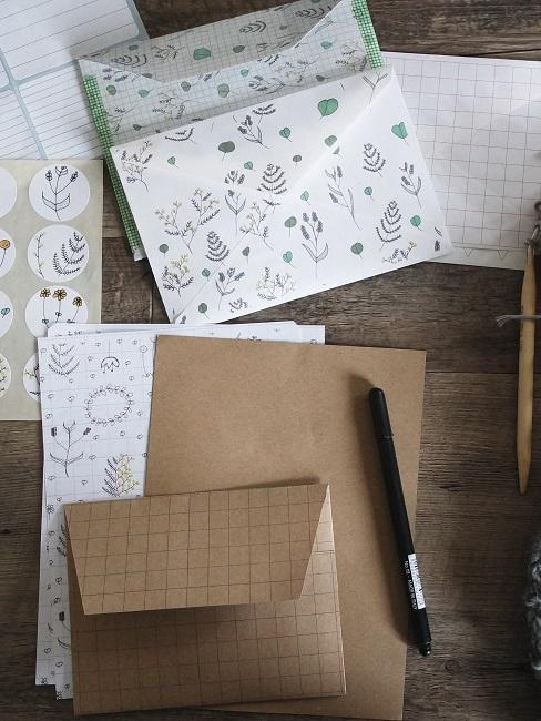 Schönes Briefpapier auf einem Holztisch mit Stiften