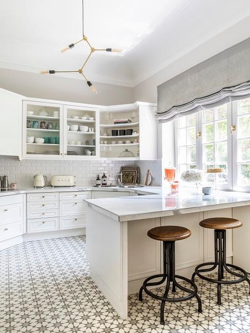 Offene weiße Küche im Landhausstil mit großer Arbeitsplatte