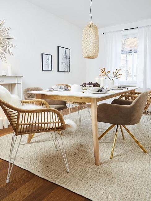 Helle lange Tischtafel aus Holz auf einem Teppich im Wohn Esszimmer