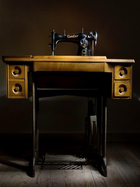 Ein alter Vintage Nähtisch mit integrierter Nähmaschine