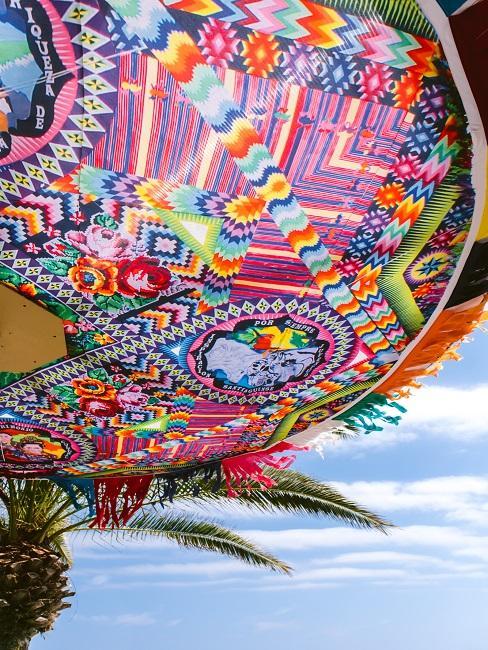 Die Stil prägenden bunten Schirme des Aiyanna Ibiza in Nahaufnahme fotografiert