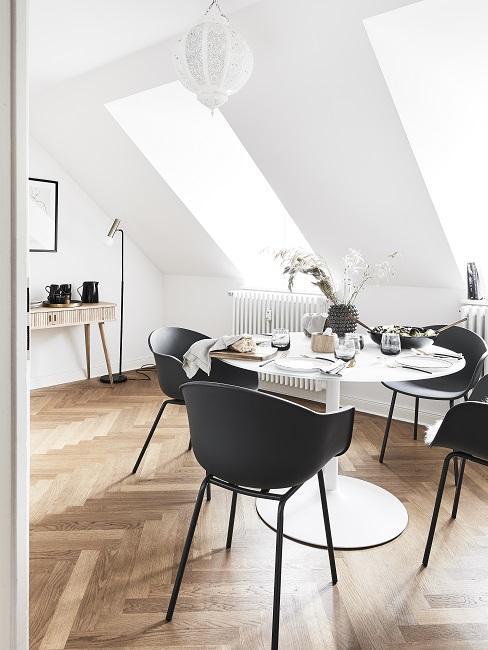 Designer Esszimmer mit runden Tisch, schwarzen Stühlen und Stehlampe
