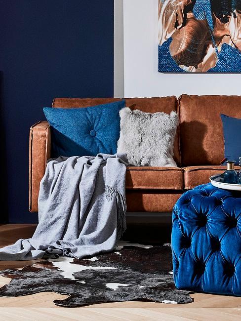 Industrial Style Ledersofa mit blauen Kissen und Pouf