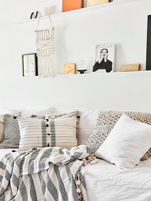 Boho Style Kissen in weiß mit schwarzen Musterungen auf Bett