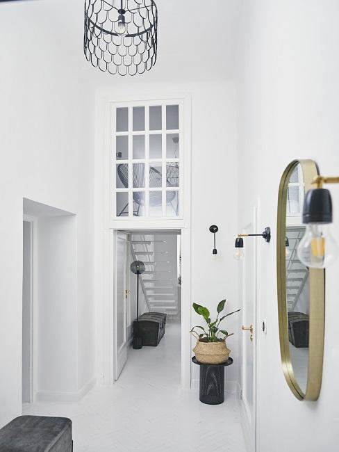 Moderner Flur in Weiß mit Spigel, Leuchten und Pflanze