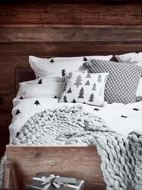 Chalet Schlafzimmer mit grauer Bettwäsche