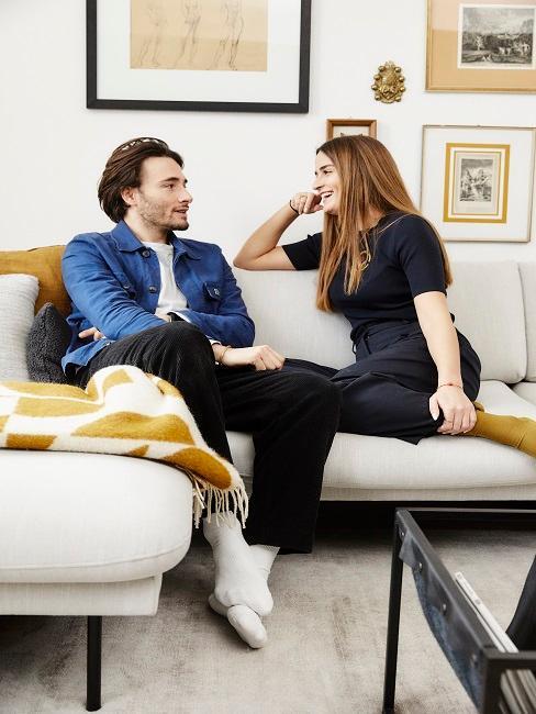 Paar sitzt bei Date Zuhause auf Couch