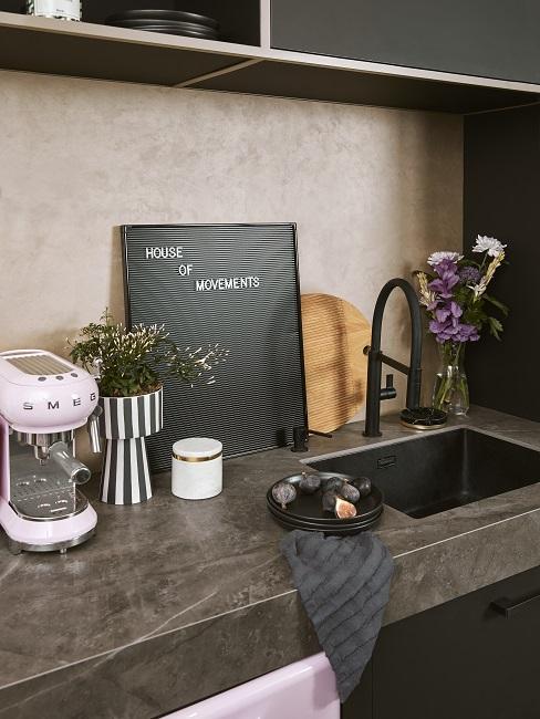 Graue Küchenplatte mit Deko und Spülbecken