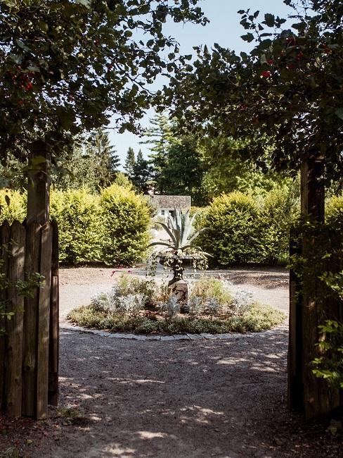 Kleiner Garten Zentrum rund Wasser Brunnen