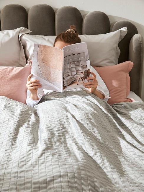 Therapiedecke Frau Bett Lesen Entspannen