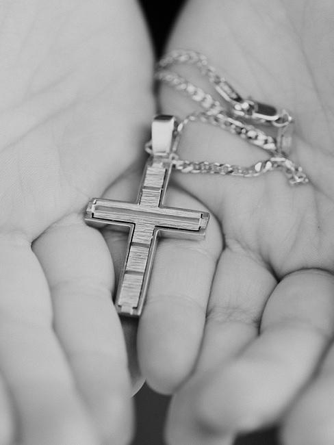 Kreuzanhänger an Kette als Taufgeschenk für Jungen