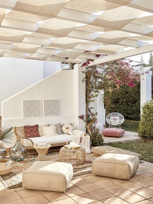 Outdoor Wohnzimmer mit Daybed, Bodenkissen, und Beistelltischen aus Rattan