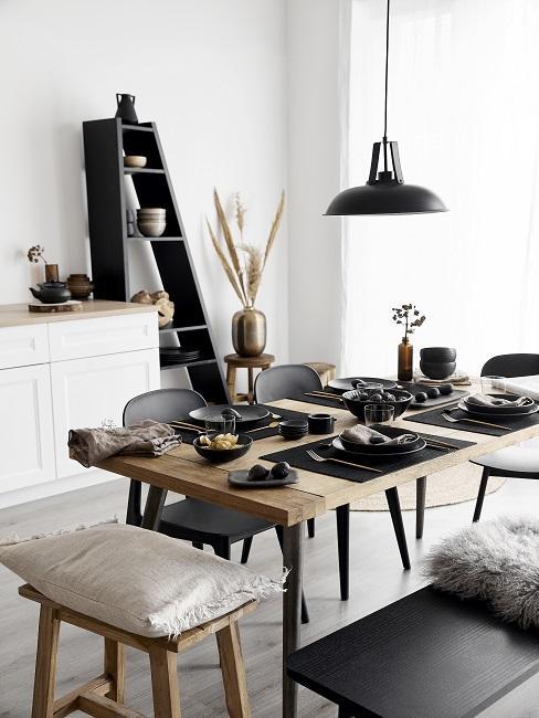 Schöne Küche in Schwarz-weiß im Scandi Style
