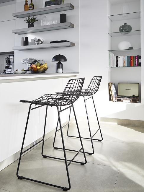 Küchentresen mit Deko und zwei Barhockern aus Metall