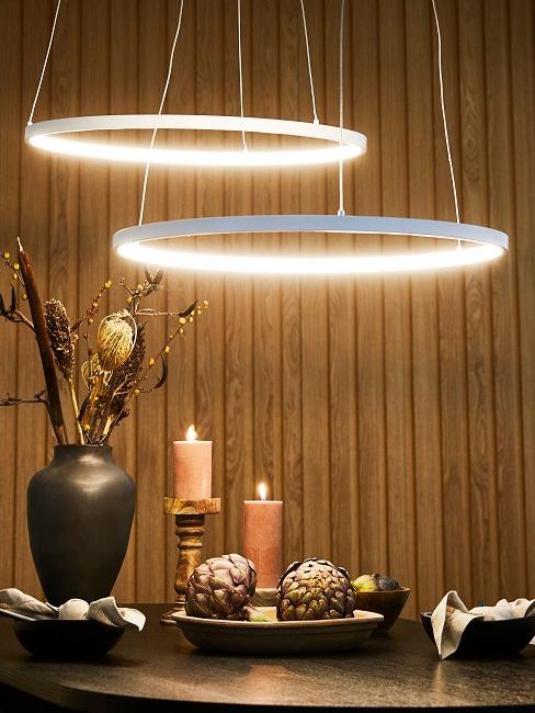 Zwei Lampen im Esszimmer über dem Esstisch hängend