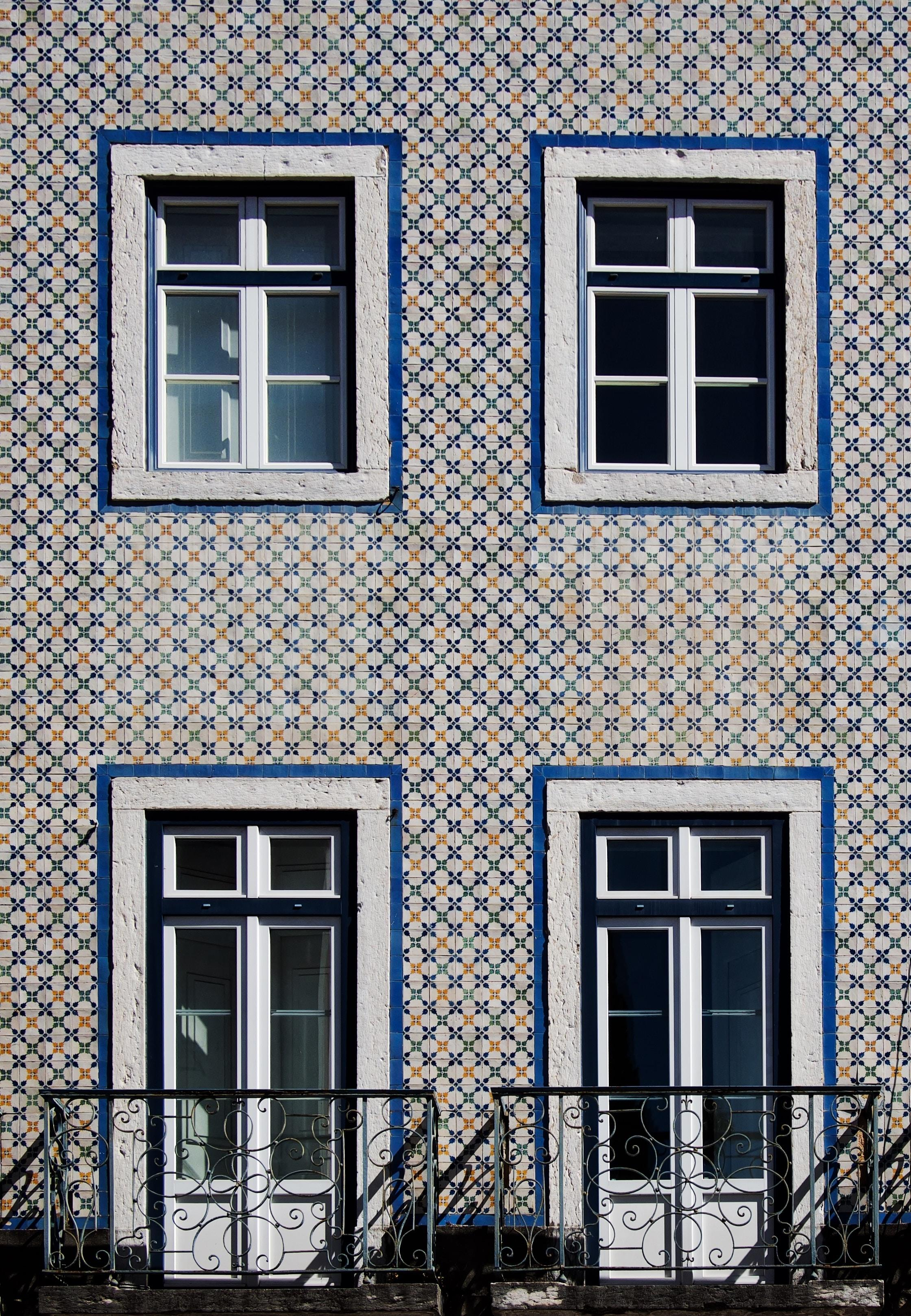 Fachada de un edificio con azulejos pequeños