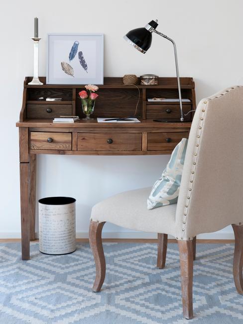 Escrcitorio con mesa de madera y silla beige look country americano