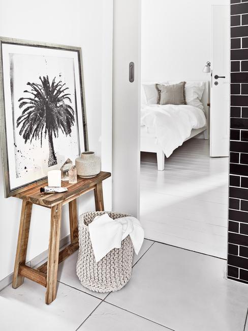 Cuarto de baño en el dormitorio con banco de madera