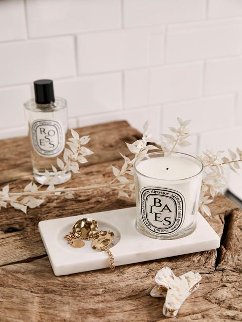 Encimera de madera para el baño con vela y ambientador