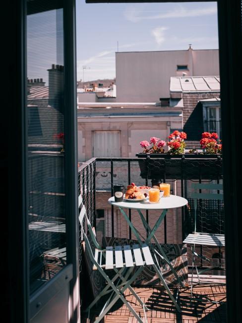 mesa y silla de blacón con desayuno
