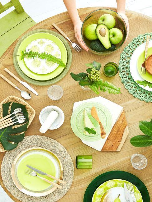 table dressee avec vaisselle et accessoires de couleur vert
