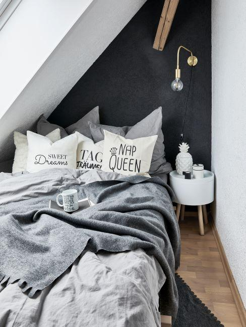 chambre a coucher en blanc et gris fonce, couverture grise