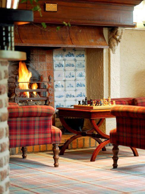 Intérieur rustique avec fauteuil tartan et table avec jeu aux échecs