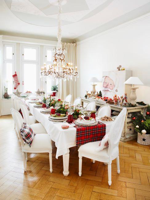 Table décorée pour Noël avec chemin de table tartan et meubles blancs