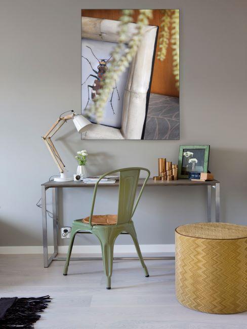 Bureau en métal avec chaise verte en métal vintage et grand miroir rectangulaire
