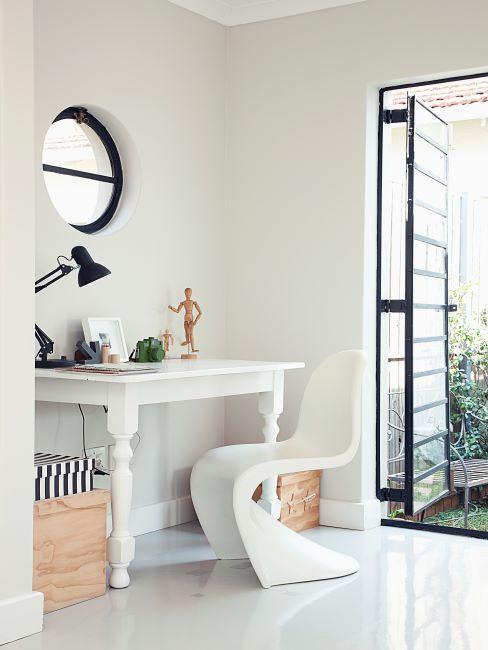 Coin maquillage avec bureau blanc et chaise en plastique blanc