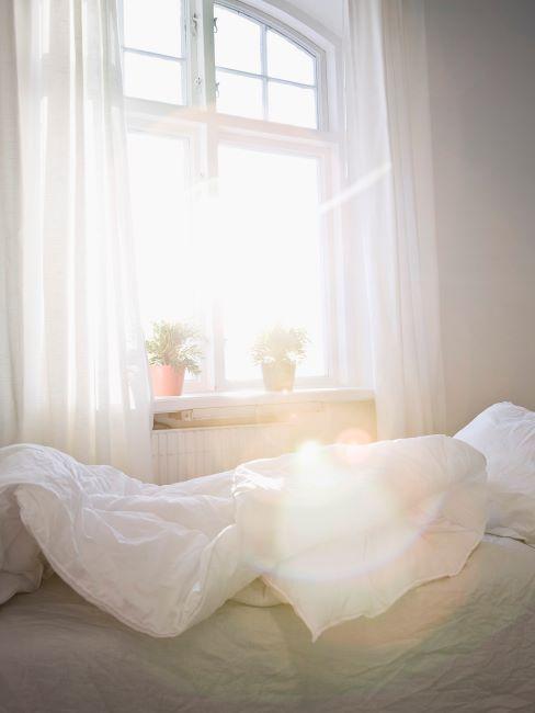 Rideaux et linge de lit blancs