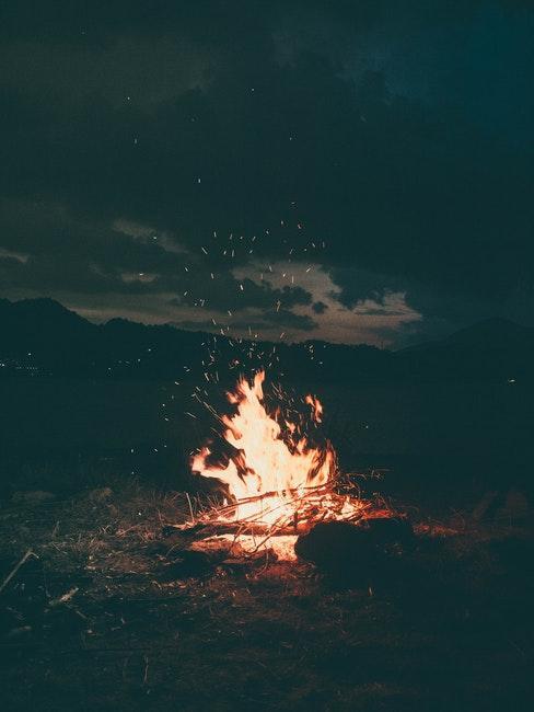 Feu de camp en pleine nuit etoilee
