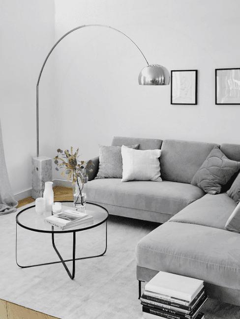 Salotto con divano grigio e lampada ad arco