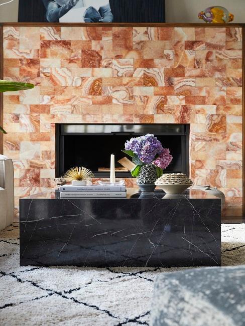 Soggiorno di design con un grande tavolino da salotto ed elementi decorativi esclusivi e di lusso