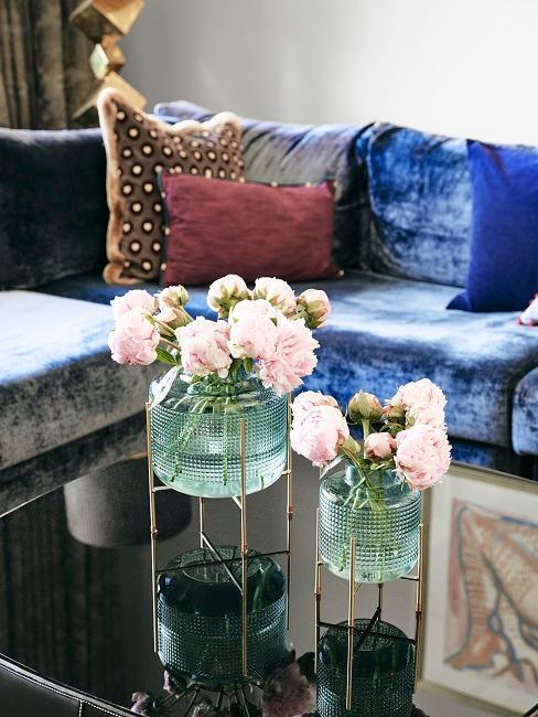 Soggiorno di design all'avanguardia di Barbara Sturm con due vasi di design sul tavolino da caffè lucido.