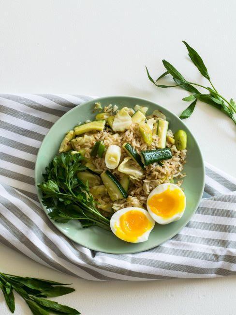piatto verde con riso, zucchine, spinaci e uova