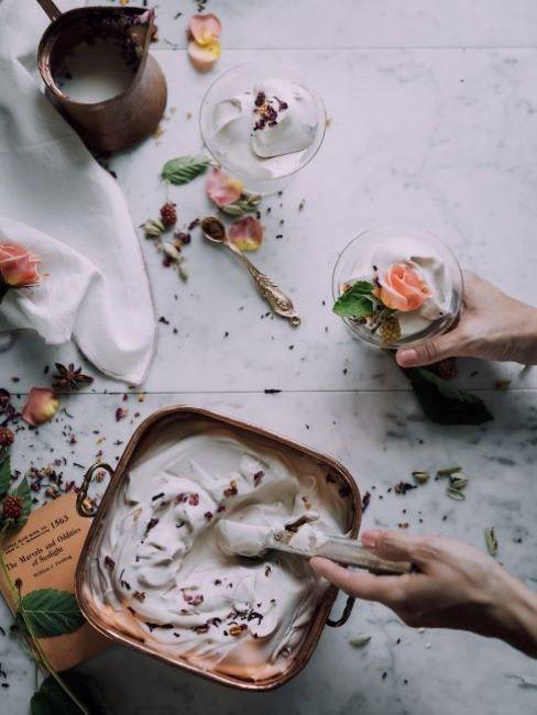 mano di donna che mescola ingredienti naturali per maschera viso