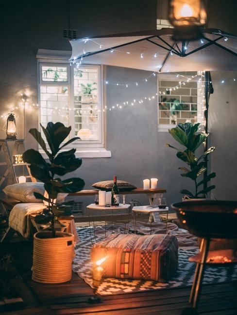 soggiorno con angolo cottura illuminato